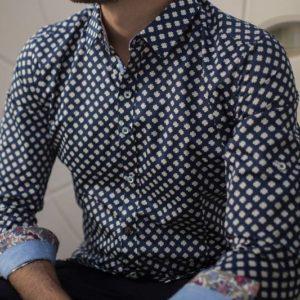 chemise-bleue-dessins-fleur-blanche-numerologie