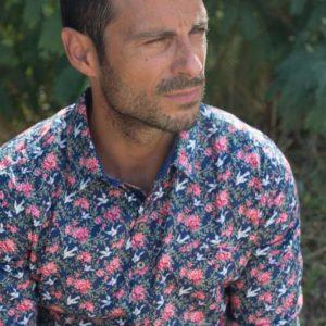 chemise-dessin-fleur-et-oiseau-blanc-numerologie